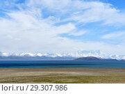 Купить «Пейзажи Тибетского нагорья. Озероо Нам-Тсо (Nam Tso), 4718 метров над уровнем моря», фото № 29307986, снято 4 июня 2018 г. (c) Овчинникова Ирина / Фотобанк Лори