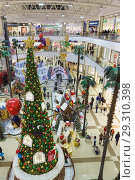 Купить «Russia, Krasnodar-January 07, 2017: new year tree and fairy-tale characters in the Central hall of the shopping and entertainment complex Red Square», фото № 29310398, снято 7 января 2017 г. (c) Наталья Гармашева / Фотобанк Лори