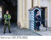 Prague Castle Guards on duty outside one of the main gateways. Czech Republic (2018 год). Редакционное фото, фотограф Николай Коржов / Фотобанк Лори