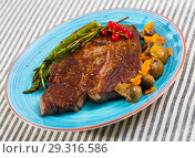 Купить «Fried beef loin with grilled asparagus and mushrooms», фото № 29316586, снято 29 июня 2018 г. (c) Яков Филимонов / Фотобанк Лори