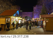 Купить «Рождественский базар около Зендлингских ворот в Мюнхене в сумерках, Германия», фото № 29317238, снято 12 декабря 2017 г. (c) Михаил Марковский / Фотобанк Лори