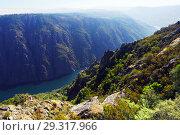Купить «Sil river with steep rocky banks. Galicia», фото № 29317966, снято 25 мая 2019 г. (c) Яков Филимонов / Фотобанк Лори