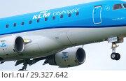 Купить «KLM Cityhopper Embraer approaching», видеоролик № 29327642, снято 25 июля 2017 г. (c) Игорь Жоров / Фотобанк Лори