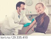 Купить «Male doctor injecting little patient», фото № 29335410, снято 19 января 2019 г. (c) Яков Филимонов / Фотобанк Лори