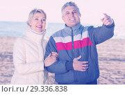 Купить «Smiling husband points to something interesting», фото № 29336838, снято 24 января 2019 г. (c) Яков Филимонов / Фотобанк Лори