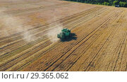 Купить «Aerial drone shot of a combine harvester working in a field at sunset», видеоролик № 29365062, снято 14 сентября 2018 г. (c) Андрей Радченко / Фотобанк Лори
