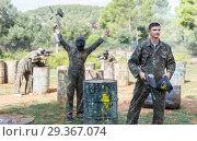 Upset man loser paintball player in camouflage leaving battlefield. Стоковое фото, фотограф Яков Филимонов / Фотобанк Лори