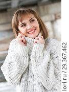 Купить «Портрет молодой девушки в мужском свитере», фото № 29367462, снято 4 ноября 2018 г. (c) Момотюк Сергей / Фотобанк Лори