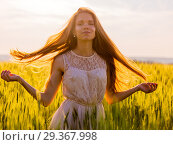 Girl with flowing hair backlit by sunset. Стоковое фото, фотограф Михаил Коханчиков / Фотобанк Лори