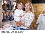 Купить «Portrait of woman holding little daughter», фото № 29368854, снято 9 октября 2018 г. (c) Яков Филимонов / Фотобанк Лори