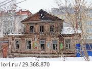 Nizhny Novgorod, Russia. - March 8.2017. Residential old burnt wooden two-storey house on Maslyakov street 55. Редакционное фото, фотограф Владимир Петров / Фотобанк Лори