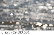 Купить «Расфокусированные речные волны с многочисленными солнечными бликами  на поверхности», видеоролик № 29383050, снято 20 июня 2018 г. (c) Круглов Олег / Фотобанк Лори
