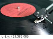 Купить «Музыкальный проигрыватель виниловых пластинок.Вращающийся граммофонный диск и звукосниматель крупным планом», фото № 29383086, снято 3 апреля 2014 г. (c) александр афанасьев / Фотобанк Лори