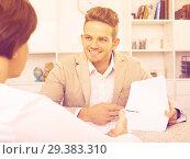 Купить «man tells woman about interesting offers», фото № 29383310, снято 21 ноября 2018 г. (c) Яков Филимонов / Фотобанк Лори