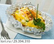 Купить «Baked in foil potato filled of cheese, bacon», фото № 29394310, снято 24 августа 2019 г. (c) Яков Филимонов / Фотобанк Лори