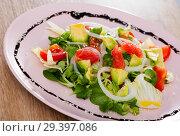 Купить «Salad of avocado, tomatoes, grapefruit and corn salad at plate», фото № 29397086, снято 7 июля 2020 г. (c) Яков Филимонов / Фотобанк Лори