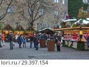 Рождественский базар на площади Шиллера около Старого замка в Шуттгарте, Германия (2017 год). Редакционное фото, фотограф Михаил Марковский / Фотобанк Лори