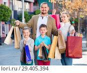Купить «Parents with two teenagers going for shopping outdoors», фото № 29405394, снято 22 июля 2019 г. (c) Яков Филимонов / Фотобанк Лори