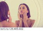 Купить «Woman using mirror», фото № 29405602, снято 19 апреля 2019 г. (c) Яков Филимонов / Фотобанк Лори