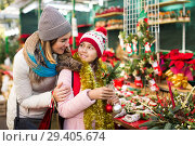 Glad mom and girl looking at flowers decoration. Стоковое фото, фотограф Яков Филимонов / Фотобанк Лори