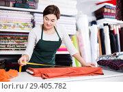 Купить «Seller measuring cloth», фото № 29405782, снято 4 января 2017 г. (c) Яков Филимонов / Фотобанк Лори