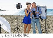 Купить «photographer showing photos to model girl during shooting», фото № 29405862, снято 5 октября 2018 г. (c) Яков Филимонов / Фотобанк Лори