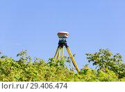 Купить «Геодезический приемник GNSS, установленный в зарослях дикой малины», фото № 29406474, снято 15 июля 2018 г. (c) Круглов Олег / Фотобанк Лори