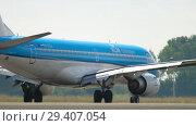 Купить «KLM Cityhopper Embraer 190 landing», видеоролик № 29407054, снято 25 июля 2017 г. (c) Игорь Жоров / Фотобанк Лори