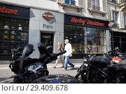 Paris, Ile-de-France, France - The Harley-Davidson Paris-Bastille branch on Boulevard Beaumarchais in the 3rd arrondissement. (2018 год). Редакционное фото, агентство Caro Photoagency / Фотобанк Лори