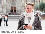 Купить «female in the historical center with mobile», фото № 29412162, снято 11 ноября 2017 г. (c) Яков Филимонов / Фотобанк Лори