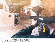 Paintball player targeting in opponents. Стоковое фото, фотограф Яков Филимонов / Фотобанк Лори