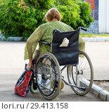 Купить «Пожилая женщина в инвалидной коляске», фото № 29413158, снято 20 июня 2018 г. (c) Вячеслав Палес / Фотобанк Лори