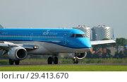 Купить «KLM Cityhopper Embraer 190 landing», видеоролик № 29413670, снято 25 июля 2017 г. (c) Игорь Жоров / Фотобанк Лори