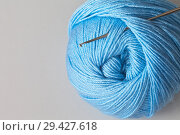 Купить «Skein of blue yarn for hand knitting and crochet hook. Empty place for text. Light gray background», фото № 29427618, снято 16 ноября 2017 г. (c) Виктория Катьянова / Фотобанк Лори