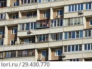 Купить «Восьми-десяти-двенадцати-четырнадцатиэтажный восьмиподъездный панельный жилой дом серии П-46 (построен в 1996 году). Мячковский бульвар, 27. Район Марьино. Город Москва», эксклюзивное фото № 29430770, снято 16 октября 2018 г. (c) lana1501 / Фотобанк Лори