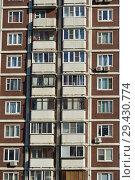Купить «Двадцатидвухэтажный трёхподъездный панельный жилой дом серии КОПЭ, построен в 1997 году. Поречная улица, 19/31. Район Марьино. Москва», эксклюзивное фото № 29430774, снято 16 октября 2018 г. (c) lana1501 / Фотобанк Лори