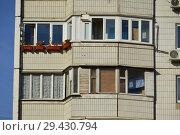 Фрагмент четырнадцатиэтажного панельного жилого дома серии П-44 (построен в 1995 году). Мячковский бульвар, 16, корпус 1. Район Марьино. Город Москва (2018 год). Стоковое фото, фотограф lana1501 / Фотобанк Лори