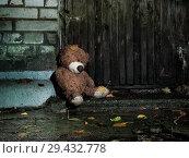Купить «Sad wet plush bear on the background of textured old wooden wall», фото № 29432778, снято 16 ноября 2018 г. (c) Ирина Козорог / Фотобанк Лори