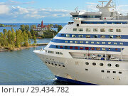 MS Silja Serenade, cruiseferry, near islands of Helsinki archipelago (fragment). Хельсинки, Финляндия (2018 год). Редакционное фото, фотограф Валерия Попова / Фотобанк Лори