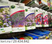 Ряд пакетиков с семенами различных декоративных цветов (2018 год). Редакционное фото, фотограф Вячеслав Палес / Фотобанк Лори