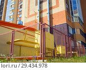 Купить «Котельная, размещенная возле отапливаемого дома», фото № 29434978, снято 27 июня 2018 г. (c) Вячеслав Палес / Фотобанк Лори