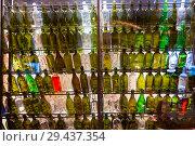 Купить «Пустые винные бутылки в контровом свете. Необычный дизайн винного погреба или бара», фото № 29437354, снято 3 ноября 2018 г. (c) Евгений Ткачёв / Фотобанк Лори