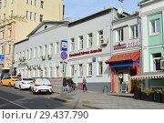Купить «Нежилой двухэтажный кирпичный дом 1860 года постройки. Отель «Китай-город». Лубянский проезд, 25, строение 1. Басманный район. Город Москва», эксклюзивное фото № 29437790, снято 9 октября 2018 г. (c) lana1501 / Фотобанк Лори