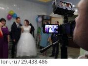 Купить «Видеооператор снимает свадьбу. Праздник бракосочетания», эксклюзивное фото № 29438486, снято 22 сентября 2018 г. (c) Анатолий Матвейчук / Фотобанк Лори