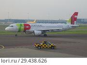Самолет Airbus A320-214 (CS-TNL) авиакомпании TAP - Air Portugal на рулежной дорожке аэропорта Схипхол ранним утром. Амстердам (2017 год). Редакционное фото, фотограф Виктор Карасев / Фотобанк Лори