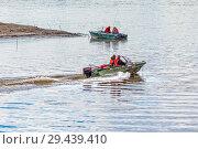 Купить «Рыбаки на алюминиевой лодке плывут по реке. Река Обь, Верх-Сузун, Сузунский район, Новосибирская область, Западная Сибирь, Россия», фото № 29439410, снято 22 сентября 2018 г. (c) Евгений Мухортов / Фотобанк Лори