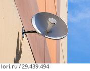 Купить «Параболическая Wi-Fi антенна размещенная на стене», фото № 29439494, снято 27 июня 2018 г. (c) Вячеслав Палес / Фотобанк Лори