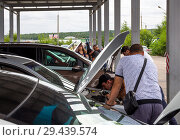 Осмотр автомобилей в ГИБДД перед постановкой на учет (2018 год). Редакционное фото, фотограф Вячеслав Палес / Фотобанк Лори
