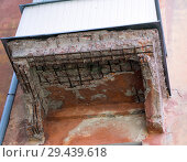Купить «Начавший разрушаться балкон старого дома», фото № 29439618, снято 8 августа 2018 г. (c) Вячеслав Палес / Фотобанк Лори