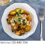 Купить «Delicious warm salad of shrimps, mussels and fried new potatoes», фото № 29440154, снято 19 января 2019 г. (c) Яков Филимонов / Фотобанк Лори